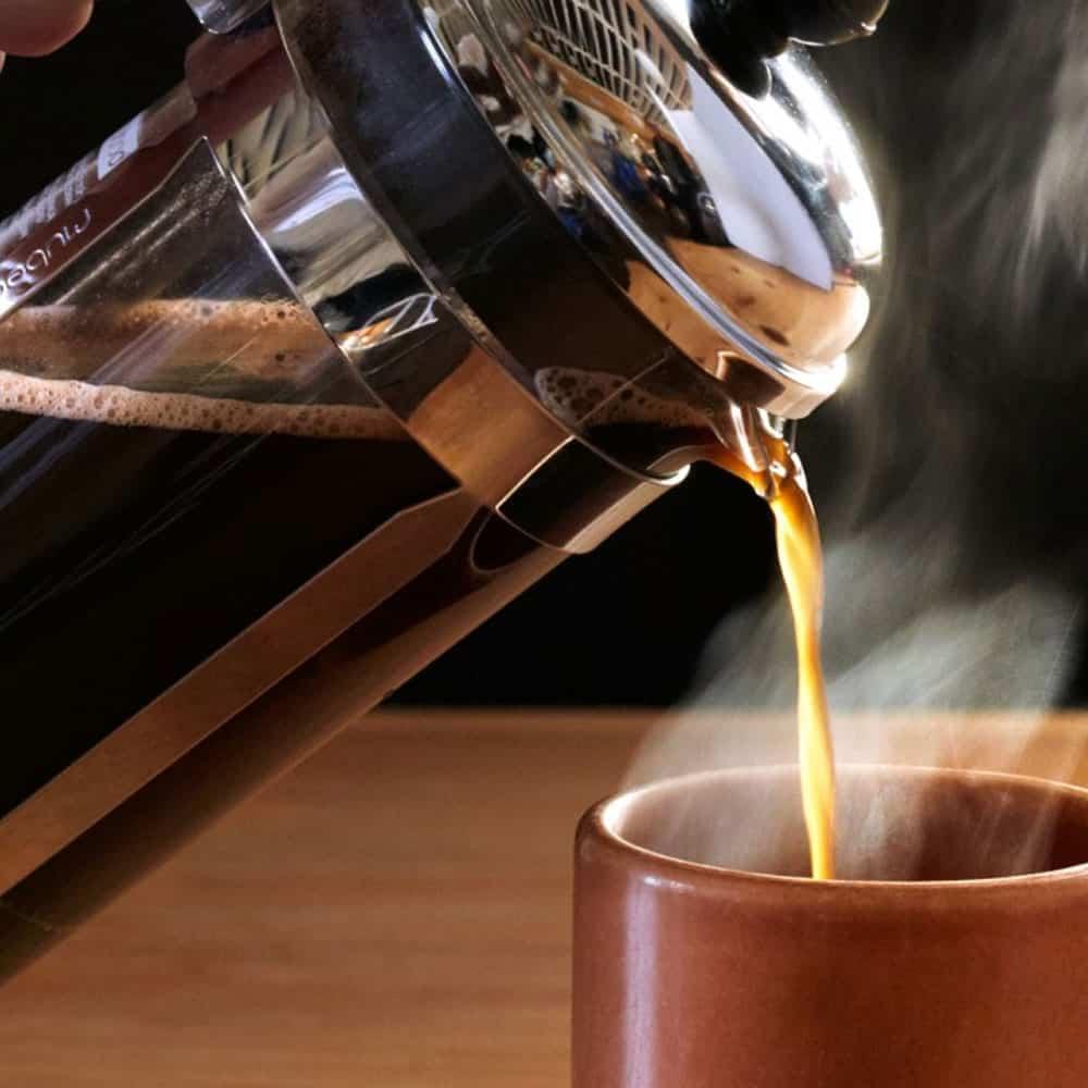 เทกาแฟลงในถ้วย
